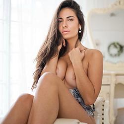 Melanie Elite Escort Hure in Straps & High Heels Sex Agentur Berlin