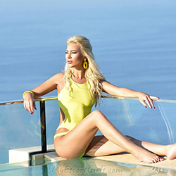 Blonde escort ladie Arianna seduces on a sex date with an oil massage in Berlin